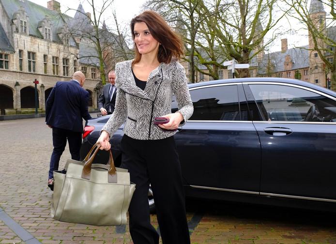 Staatssecretaris Barbara Visser komt aan op het Abdijplein in Middelburg voor een gesprek over de marnierskazerne.