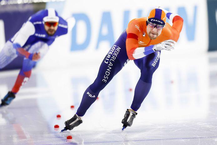 Ronald Mulder komt dicht bij de lijn op de 500 meter tijdens de wereldbeker schaatsen in Thialf