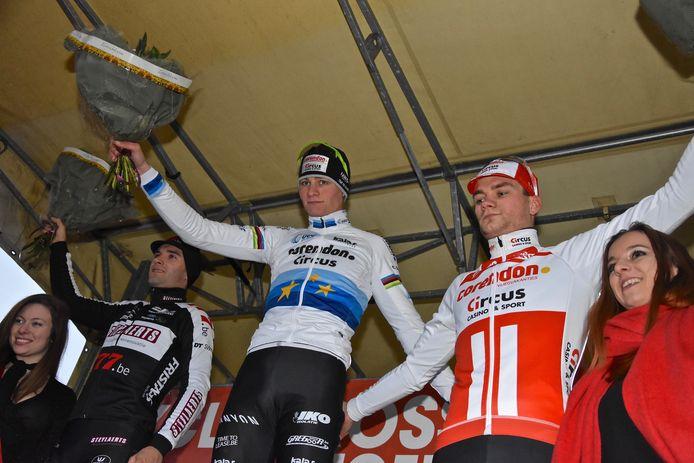 Mathieu Van Der Poel won de Cyclocross in Gullegem vorig jaar. Hier staat hij op het podium in Gullegem
