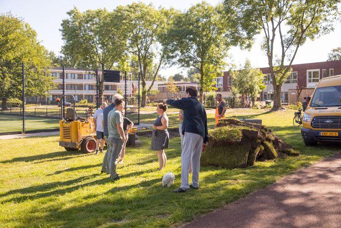 Buurtbewoners van het Cruyff Court in Baarn komen maandag meteen naar buiten om te zien wat er gebeurt.