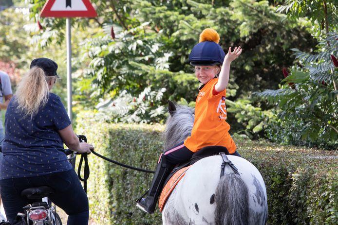 Emma (5) loopt 10 kilometer met pony Goofy voor KIKA.