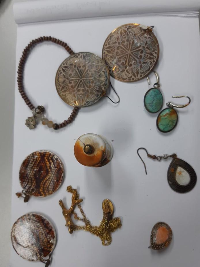 Wie herkent deze sieraden?