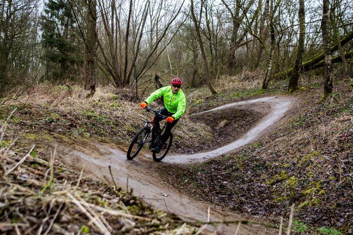 Een mountainbiker in actie. Deze foto is niet in Dordrecht gemaakt.
