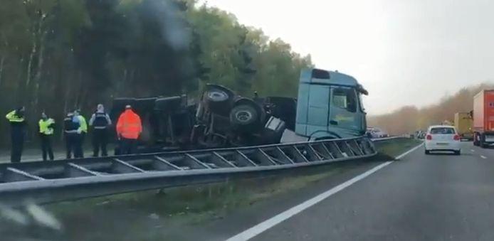 De gekantelde vrachtwagen op de A4 bij Hoogerheide.