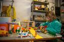 Sam bij de maquette die ze samen met haar nonkel Lode maakte.