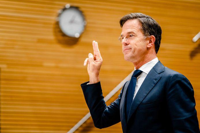 Rutte legt de eed af tijdens zijn verhoor door de parlementaire ondervragingscommissie kinderopvangtoeslag.