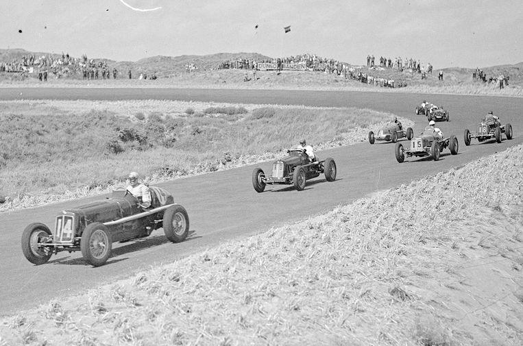 Eerste officiële race op het circuit van Zandvoort in 1948. Beeld ANP
