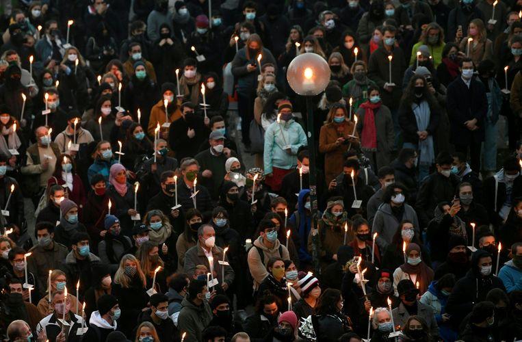 Een menigte houdt een wake in Wenen die georganiseerd is door Joodse en islamistische jongeren ter herdenking van de slachtoffers van een 20-jarige IS-sympathisant op 2 november.   Beeld Helmut Fohringer / AFP