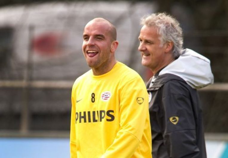 Van der Meyde dolt wat met trainer Fred Rutten op de training. ANP Beeld