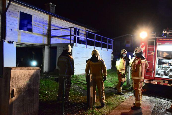 De brandweer had de brand in de garage van de chalet op het woonpark Nonnebossen-Noord snel onder controle.