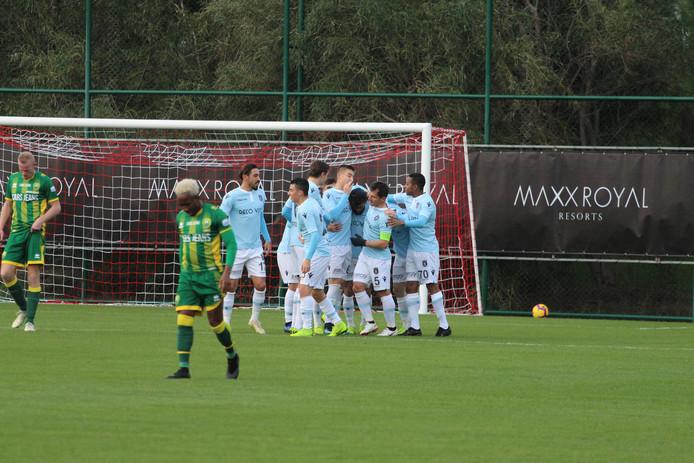 De spelers van Basaksehir juichen na een goal tegen ADO.