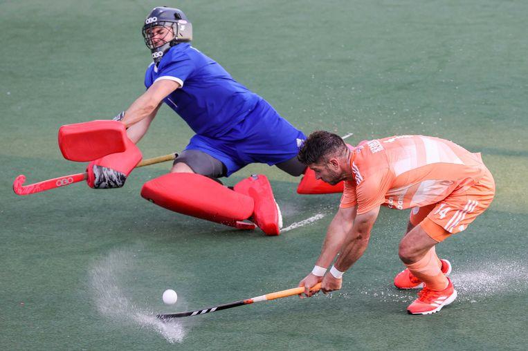 Ieuan Tranter, de keeper van Wales, probeert Robbert Kemperman van scoren af te houden. Beeld ANP
