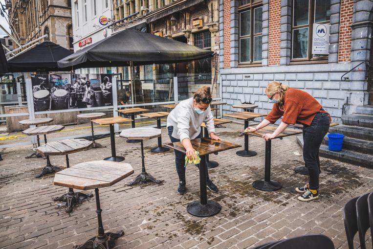 De horeca bereidt zich voor op de opening van de terrassen. Beeld uit Gent. Beeld Wannes Nimmegeers