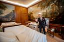 Conservator Paul Rem in de ontvangstkamer van Prins Bernhard, waar het stucwerk op het plafond bewust slordig is aangebracht.