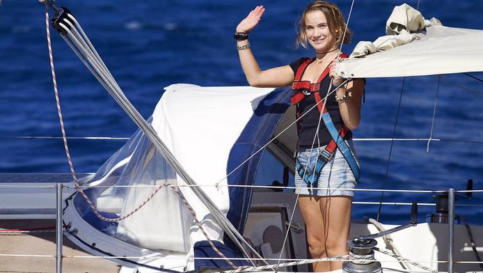 Laura Dekker bij haar terugkomst in de haven van Sint Maarten.