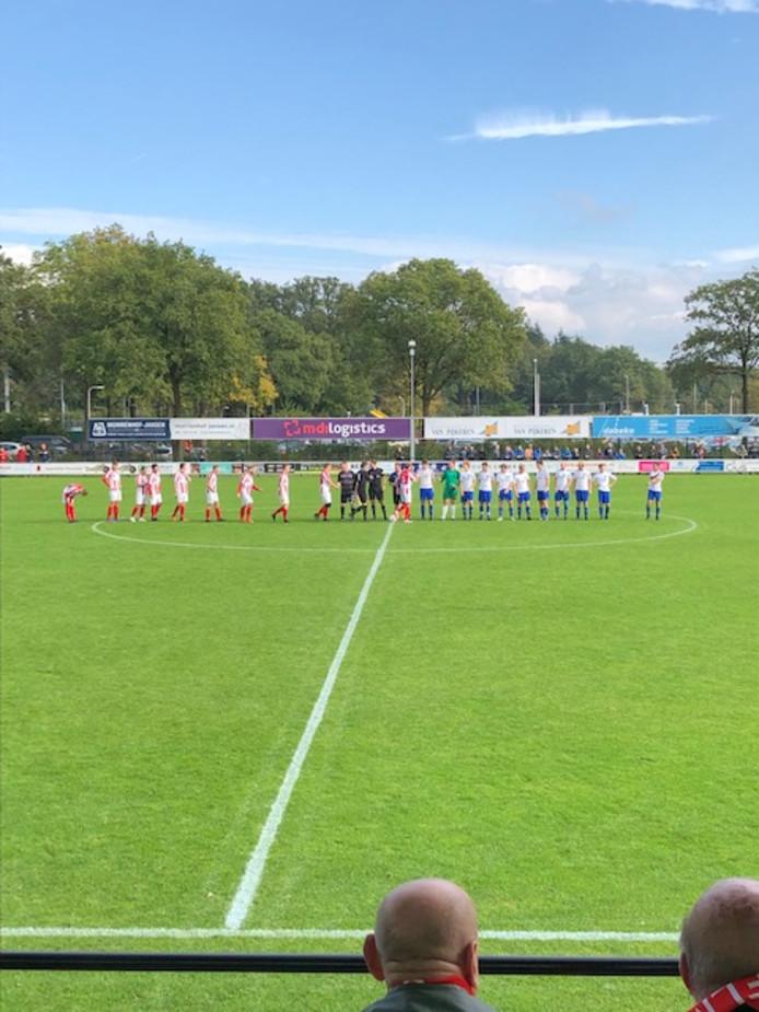 IJVV en ASC'62 begroeten elkaar voor het duel in Dalfsen.