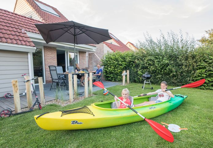 Villapark de Paardekreek in Kortgene: Marscha de Booij en Jordy van Troost en de kinderen Jolie (7) en Livia (10) bij hun vakantiehuis.