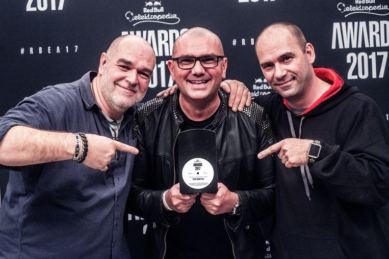 Yves Deruyter ontving een Lifetime Achievement Award uit handen van Bonzai Records-bazen Fly en Marnik. Beeld rv / Thomas Sweertvaegher
