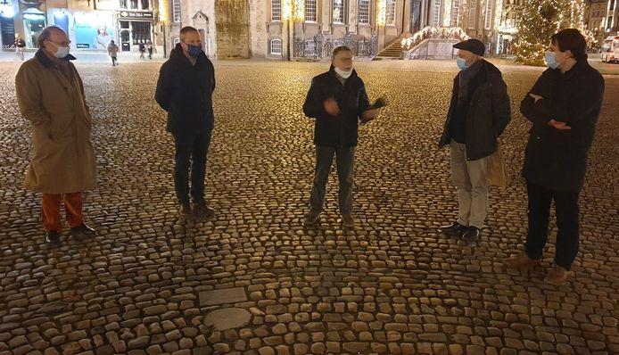 De stad Lier verleende officieel eerherstel aan drie vrouwen die in de zestiende eeuw werden veroordeeld wegens hekserij. Op de foto ziet u burgemeester Frank Boogaerts, schepen Rik Verwaest en enkele mensen van het comité 'Eerherstel voor Cathelyne'.