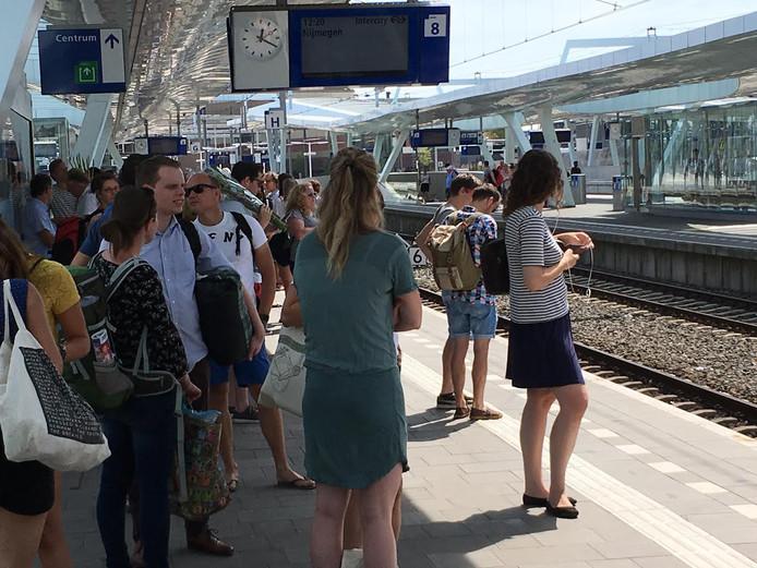 Vierdaagsegangers op weg naar Nijmegen op station Arnhem Centraal.