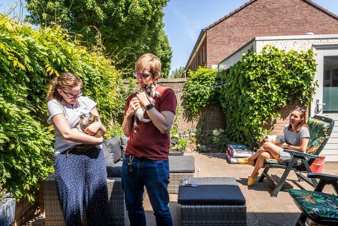 Brechje van Otterdijk (r) is gastouder voor kittens van Dierenopvangcentrum Doornakkers. De twee nieuwe eigenaren Rebecca en Tom Wickens zijn dolblij als ze twee kittens bij haar mogen ophalen.