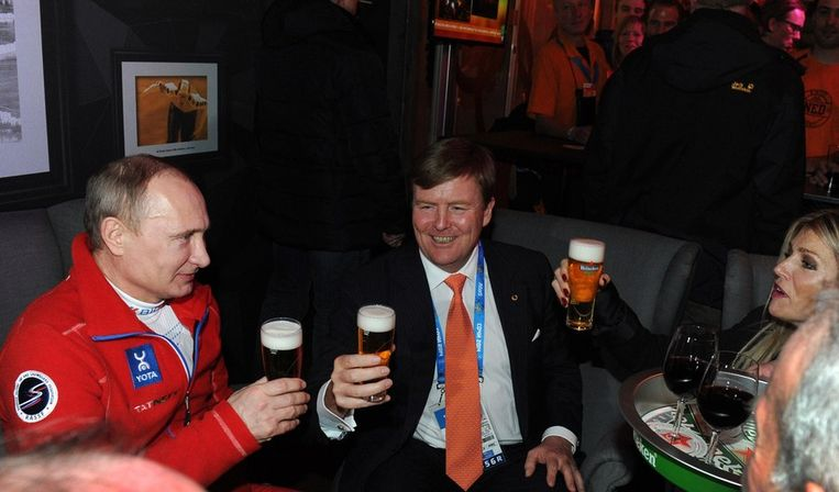 President Poetin en koning Willem-Alexander en koningin Maxima drinken een biertje in het Holland Heineken huis tijdens de Olympische Winterspelen in Sotsji Beeld afp