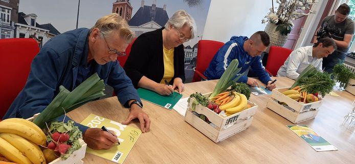 Ondertekening FiT!-akkoord gemeente Roosendaal. Vlnr: Take Pot (Roosendaalse Voetbalfederatie), wethouder Klaar Koenraad, Patrick de Klerk (Sport Service Noord-Brabant) en Michiel Kersten (Wielerplatform Roosendaal).
