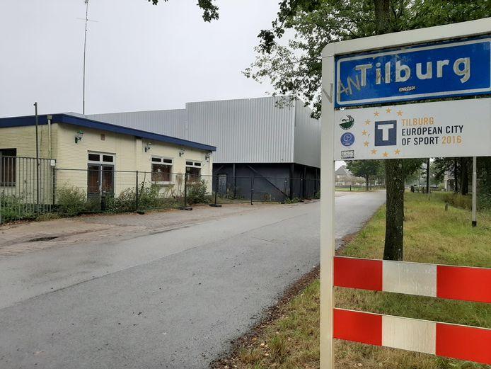 Het terrein van de voormalige Heidehoeve ligt net binnen de komgrens van Tilburg, maar zowat tegen Riel aan. Er zijn plannen in de maak om hier een grootschalige woonvoorziening voor arbeidsmigranten te bouwen.
