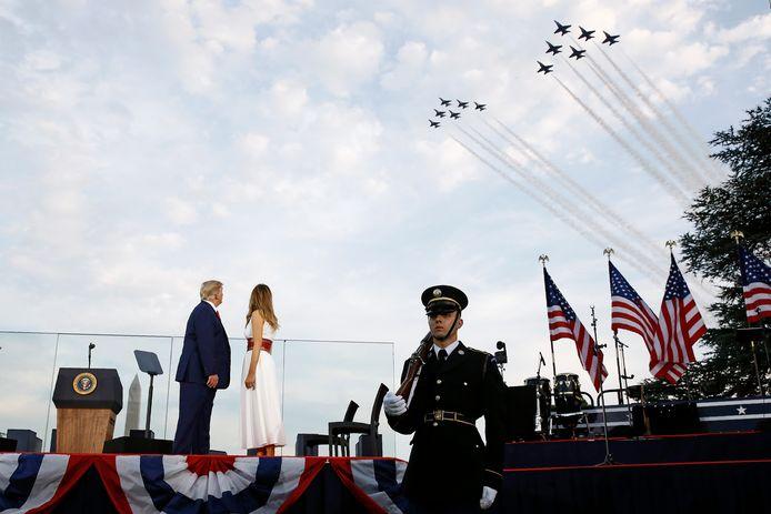 De Amerikaanse president Trump en zijn  vrouw Melania kijken naar de vliegshow boven Washington.