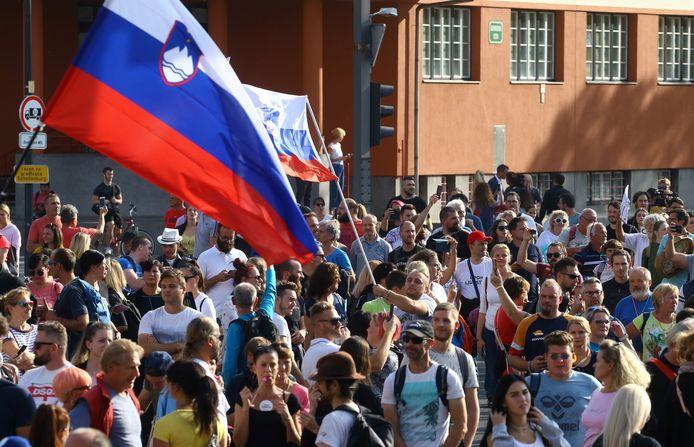 Des manifestants prennent part à une manifestation contre les restrictions sanitaires du gouvernement, à Ljubljana, en Slovénie, le 29 septembre 2021.