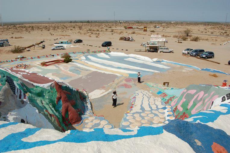 Eem ander beeld voor Koolhaas' tentoonstelling: Slab City in de Sonora-woestijn in Californië. Voorzieningen als stromend water, elektriciteit en internet zijn er niet, maar ook geen regels en belastingen. Het is een kamp voor caravans en campers voor gepensioneerden, krakers en kunstenaars.  Beeld OMA