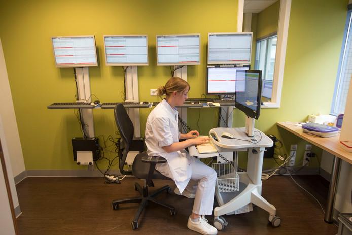De plot-kamer, waar de gegevens van alle baby's worden bijgehouden.