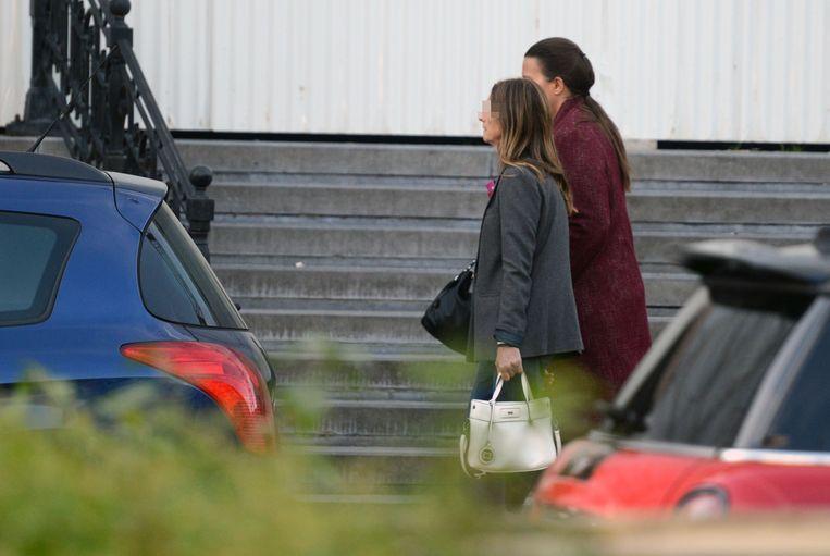 Ingrid V.M. (vooraan op foto) met haar advocate op weg naar de rechtbank.