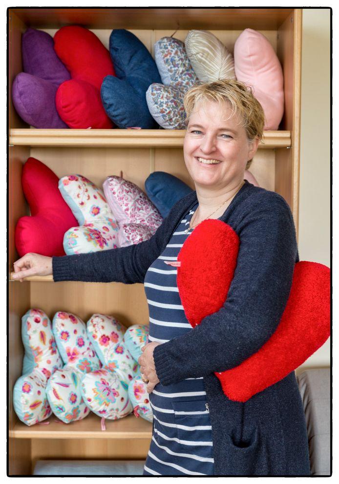 Tessa Konijn maakt de kussens in allerlei kleuren.