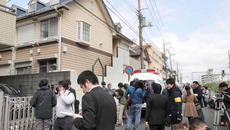Media verzamelt aan het appartementsgebouw waar de lugubere vondst werd gedaan.
