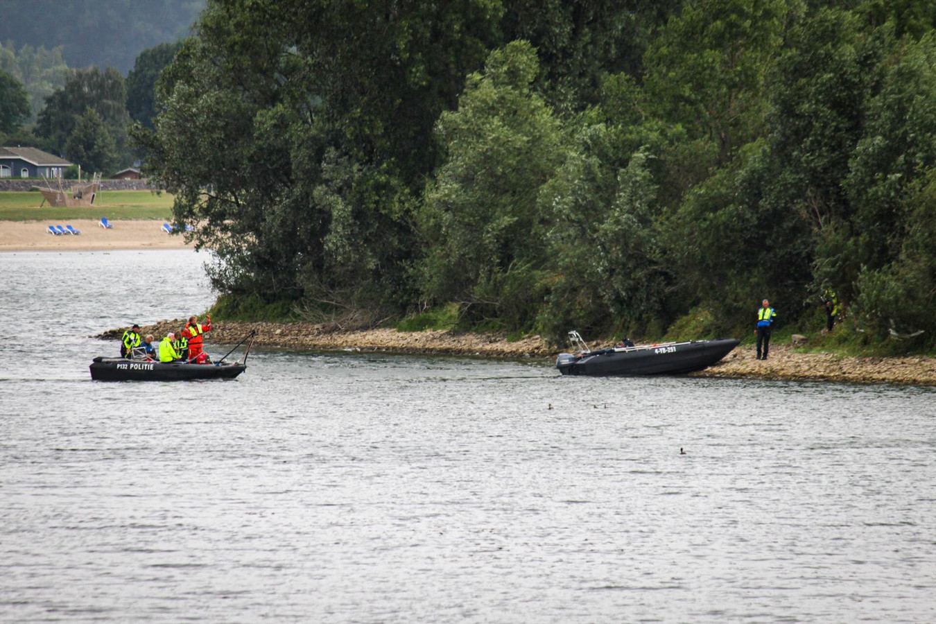 Een stoffelijk overschot is gevonden in het water bij Giesbeek.