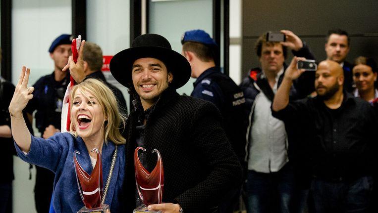 Ilse DeLange en Waylon reageren enthousiast bij aankomst op Schiphol. Het duo bereikte als The Common Linnets de tweede plaats bij het Eurovisie Songfestival in Kopenhagen. Beeld anp