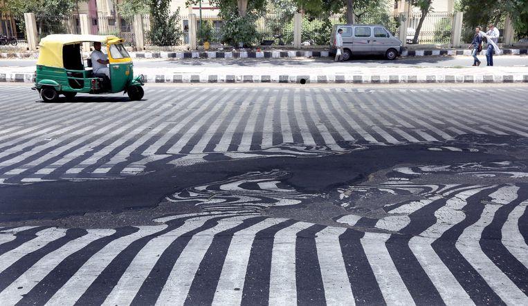 Het asfalt van de zebrapaden is gesmolten door de hitte. Beeld EPA