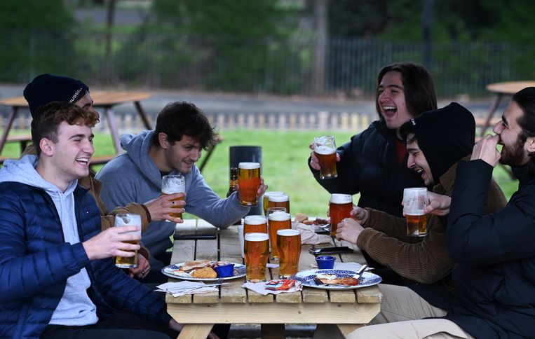 Britten aan het bier in de Fox on the Hill pub in Zuid-Londen op 12 april 2021. Beeld EPA