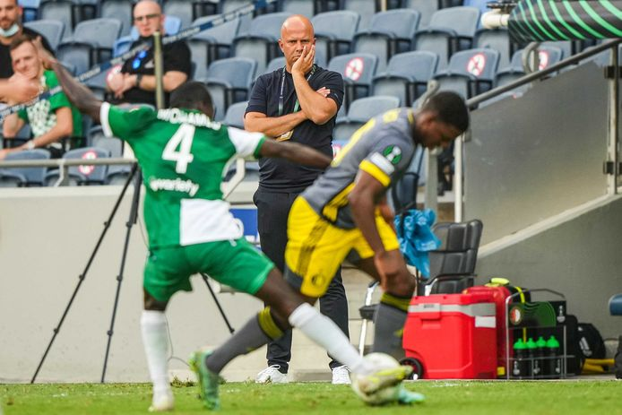 Arne Slot zag Feyenoord met 0-0 gelijkspelen bij Maccabi Haifa.