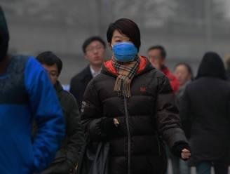 Inwoners Peking blijven best binnen door dikke smoglaag