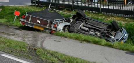 Auto met aanhanger slaat over de kop bij Intratuin in Enschede