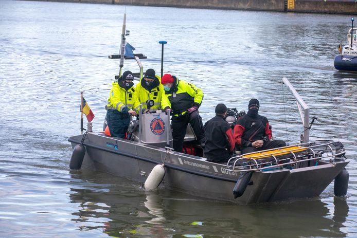 De speurders zoeken in het kanaal in Hasselt.