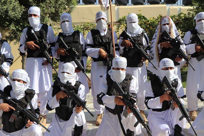 Een speciale eenheid van het leger van de Taliban presenteert zich in Afghanistan met buitgemaakte ultramoderne Amerikaanse wapens. Foto Brunopress
