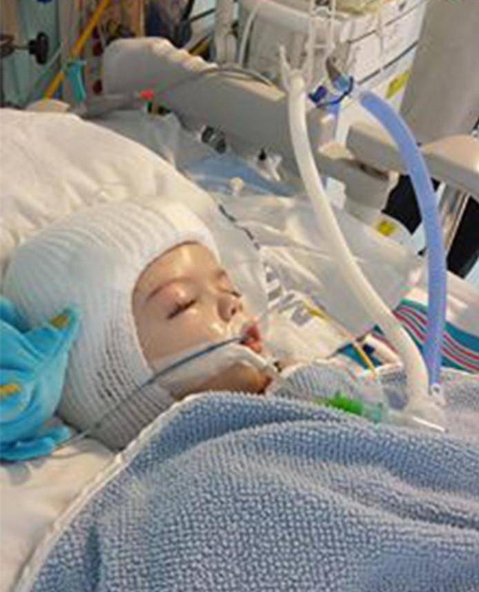 De gescheiden Jadon Mcdonald die net terug is uit de operatiekamer.