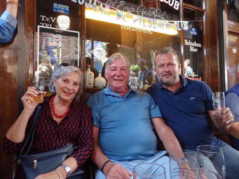Thea Sanders (ex-Heineken): 'Dit café moet niet té bekend worden' Met pensionado Herman Gieling en Vincent Stolp (Palm, daarom bekender als Vincent Palm). Beeld Schuim