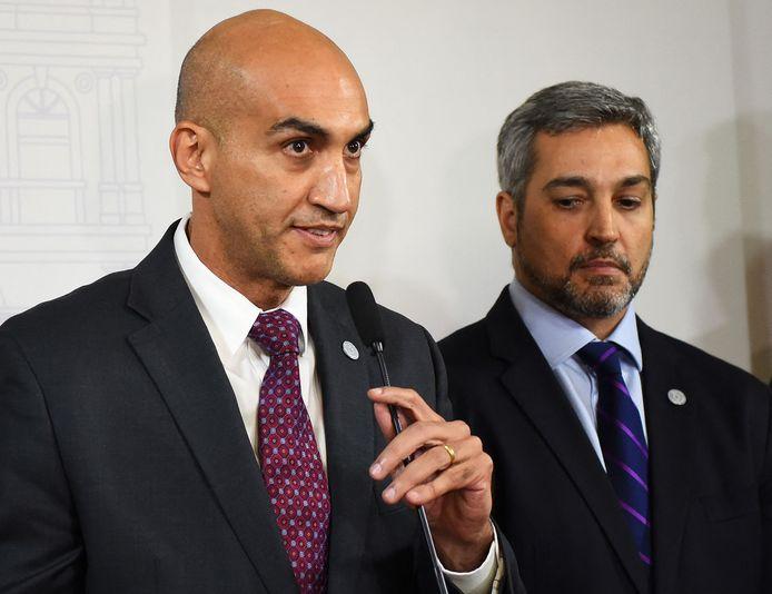 Archiefbeeld. Voormalig minister van gezondheid Julio Mazzoleni (links) en president Mario Abdo Benitez.
