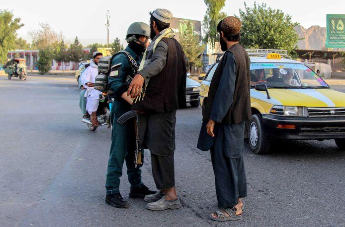 Afghaanse veiligheidsmedewerkers tijdens een controle.