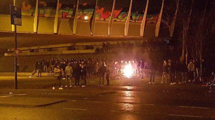 Tientallen jongeren verzamelden zich ondanks het stormachtige weer in het midden van Staphorst onder het viaduct van de A28.