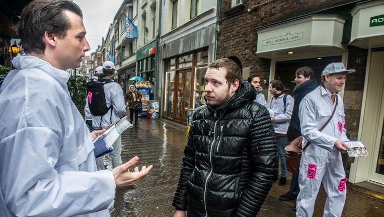 Thierry Baudet in een regenachtig Venlo. 'Hij gaat Fortuyns klus afmaken' Beeld Koen Verheijden